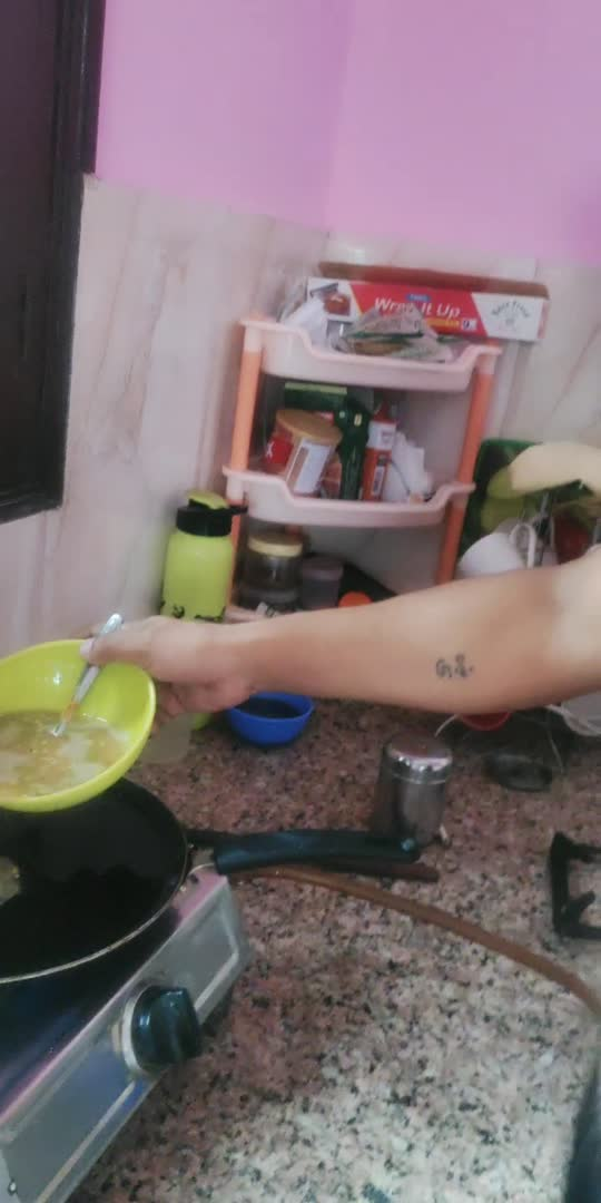 aj hubby bna rhe hai breakfast...#cookathome #cookinglove