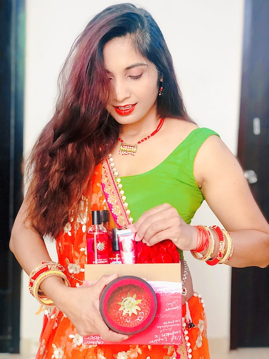 How tempted I look checking out this @thebodyshopindia  festive gift box 😍  To add more temptation to it, the brand has a FLAT 50% off this weekend! 🥳   Take advantage of this awesome offer and grab your favourites or gift boxes for your loved ones ❤️ With this purchase you can also donate as minimum as ₹20 towards their #ProjectNari which aims to give a better life to women waste pickers. Let's make their festival brighter this year! 🎉   Happy Maha Ashtami 🙏🏻🤗  #thebodyshopindia #thebodyshoop #TBSGiveHope #TBSDiwaliWithADifference #festivesale #weekendsale #giftbox #festivegiftbox #beautybloggers #beautyinfluencer #indianbeautyblogger #ethnicwear #traditionalwear #navratri #mahashtami #ethnicfashion #skincare #bodycare