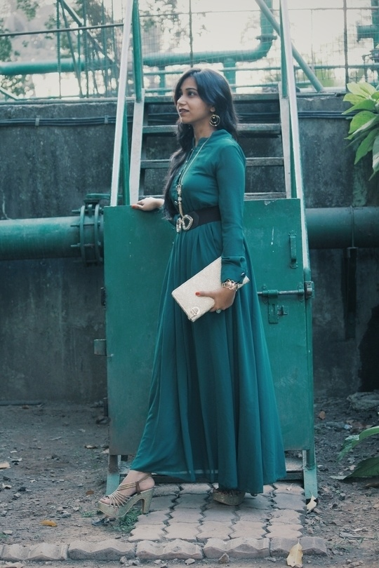 Color of the year @roposotalks 💚  NEW YEAR OUTFIT IDEAS - on the blog - http://wp.me/p6k8c6-wA (check out more looks)  😘  #soroposo #fashionblogger #coloroftheyear #green #longgown #blogger #mumbai #style #ootd #lotd #greengown #gold